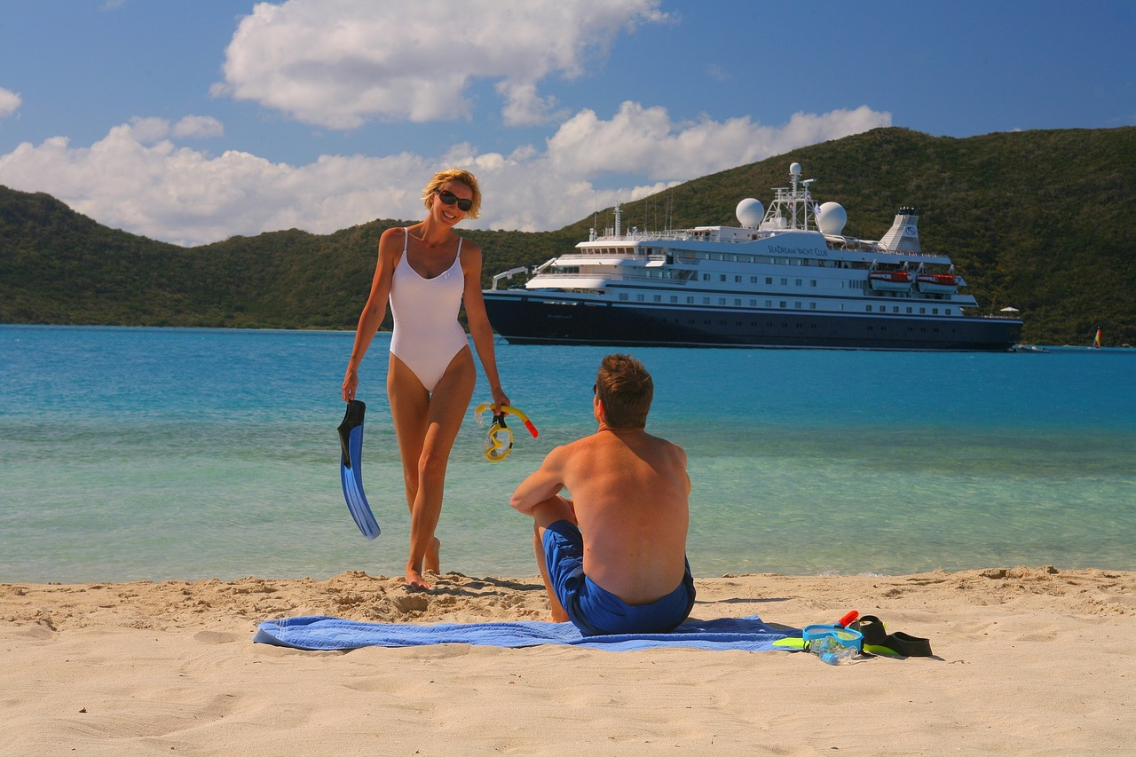 Travelers at the beach, cruise, ship, woman, man, singles, solo travelers, forum, community, cruises for solo travelers, Travel Insurance (Image: tigertravel, Pixabay)